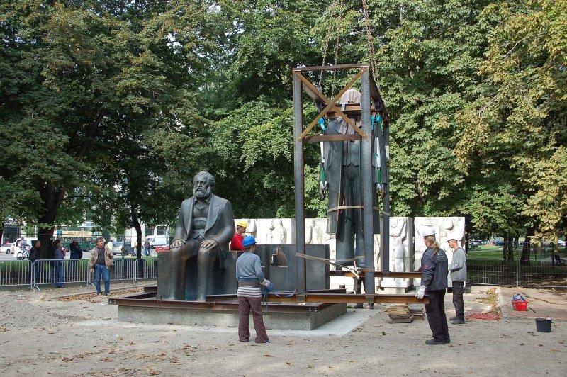 Berlin: Marx und Engels schweben…