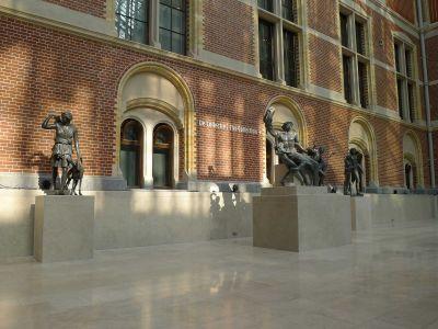 Rijksmuseum: Restaurierte Bleiplastiken im Atrium. Foto F. Scholten.