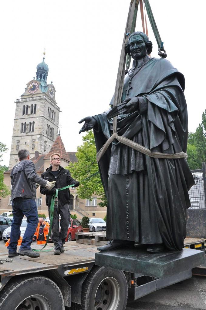 Aufstellung der Bronzestatue Bischof Sailer