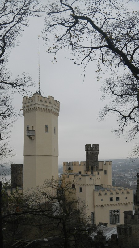 Schloss Stolzenfels mit restauriertem und aufgerichtetem Mast